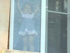 В Петербурге выпала из окна 5-летняя девочка