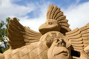 На петербуржском пляже Петропавловки вчера открылась выставка песчаных фигур