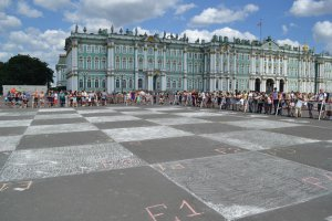 На Дворцовой площади гроссмейстеры сыграли в «живые шахматы»