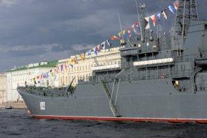 В акваторию Невы пустили боевые корабли