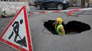 В Петербурге автомобиль провалился прямо под землю