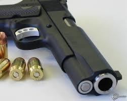 Грабитель салона сотовой связи угрожал сотрудникам полиции пистолетом
