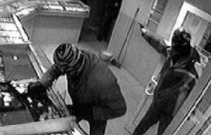 Мужчина ограбил салон сотовой связи в Купчино, угрожая пистолетом