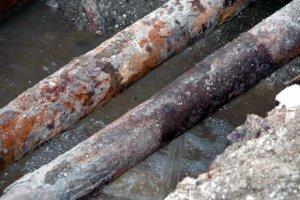 На Синопской набережной прорвало трубу, движение ограничено