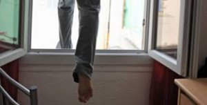 В четверг с окна жилого дома бросилась жительница Санкт-Петербурга