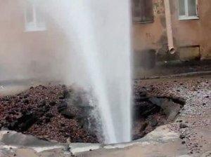 В результате прорыва трубы подтопило Пражскую улицу