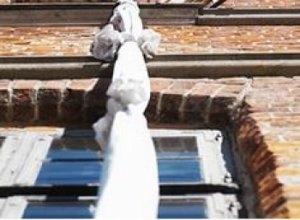 Житель Парнаса сорвался при попытке выбраться из квартиры с помощью простыней