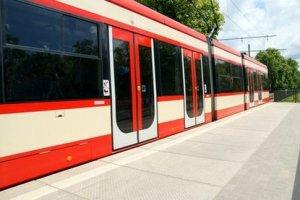 Трамвай нового образца сошел с рельс на проспекте Стачек