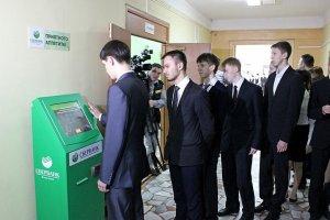 Петербургские школьники получают еду по отпечаткам ладони