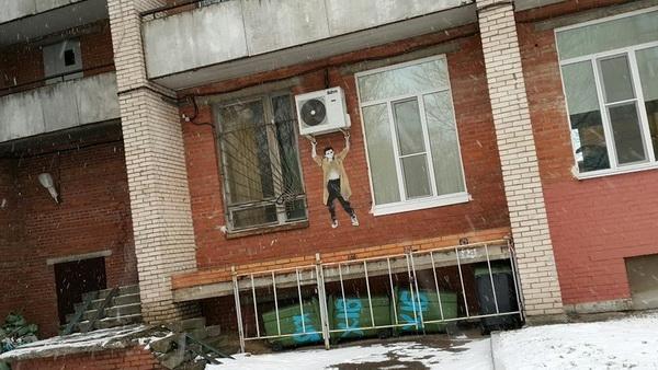 Несущий кондиционер мужчина появился на стене питерского общежития